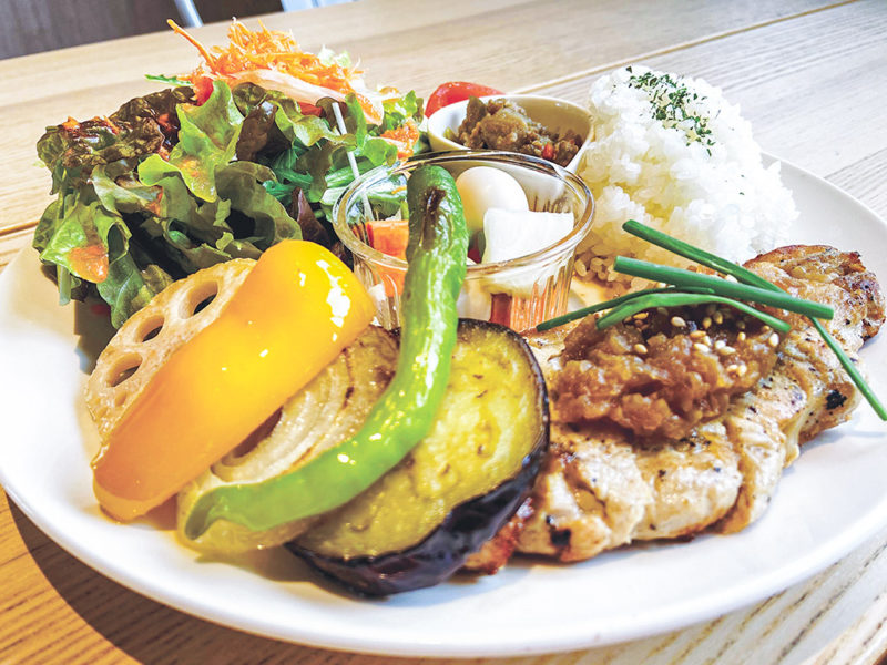 人気メニューの「自家製野菜とバナナポークのプレートランチ」と、「農園野菜とベーコンのアラビアータ」